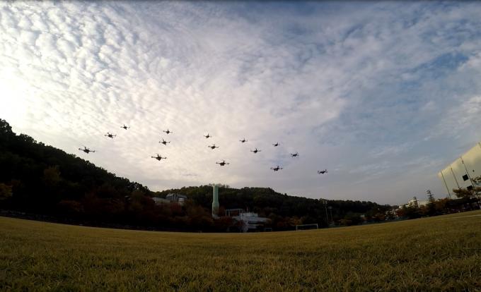 한국항공우주연구원이 개발한 군집드론의 실외 비행 모습. 드론 15대가 서로 부딪히지 않고 하나의 시나리오에 따라 비행하고 있다. - 항우연 제공